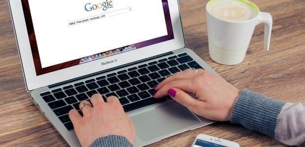 Bilden visar en person som gör en googling