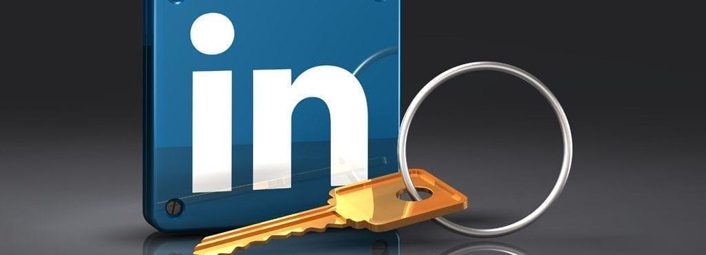 Bilden visar Linkedins logo med en nyckel framför