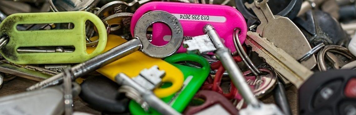 Bilden visar en hög med nycklar