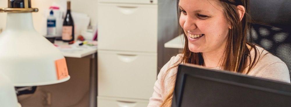 Jonna ler när hon arbetar