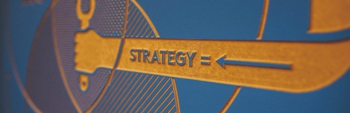 """Bilden visar en pil som pekar mot """"= strategi""""."""